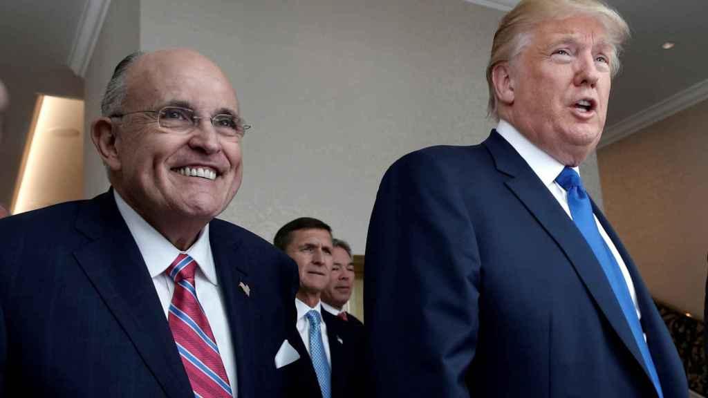 El abogado Rudy Giuliani junto a Donald Trump.