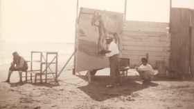 Sorolla pintando en la playa de El Cabanyal, Valencia, en 1909.