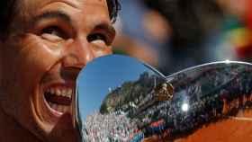 Nadal, con la copa de campeón de Montecarlo.