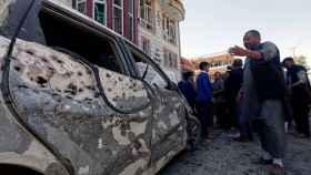 Un hombre inspecciona el lugar del atentado en Kabul.