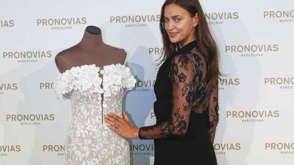 La modelo rusa junto al maniquí.