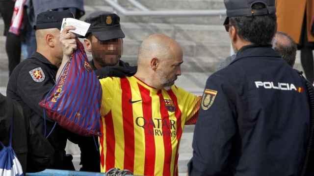 Un aficionado del Barcelona es chequeado a la entrada del Metropolitano.