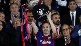 Andrés Iniesta levanta la Copa del Rey.