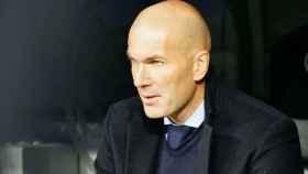 Zidane, en el banquillo. Fotógrafa: Virginia López / El Bernabéu