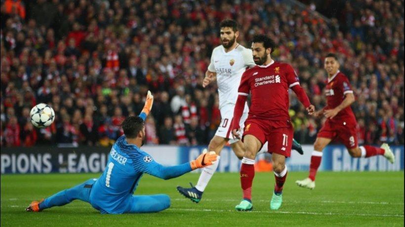 Salah pica el balón ante la salida de Alisson. Foto: Twitter (@LFC).