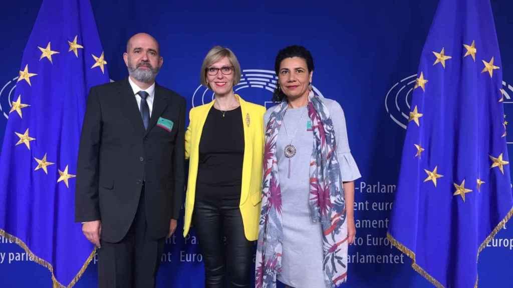 Los denunciantes, Ana Losada y Carlos Silva, con la eurodiputada liberal Beatriz Becerra