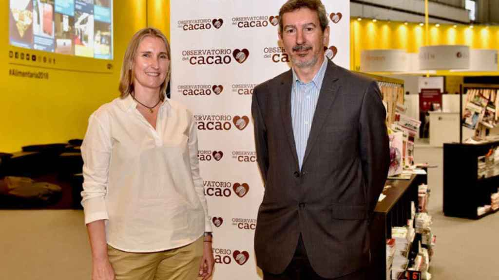 Sonia de Pascual-Teresa y Javier Fontecha en el stand del Observatorio del Cacao en Alimentaria 2018.