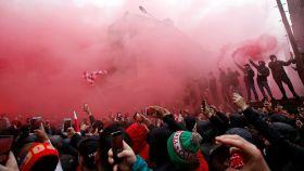 Los seguidores del Liverpool encienden bengalas antes del partido.