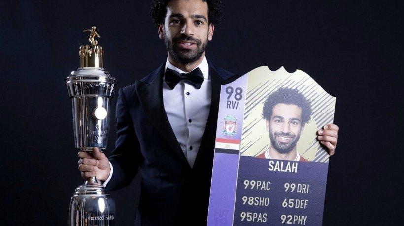 Salah posa con el Premio al Mejor Jugador del Año en Inglaterra y su nueva carta de FIFA 18. Foto: Twitter (@EASPORTSFIFA).