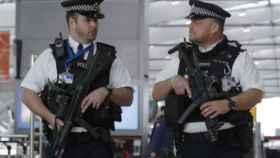 Policías armados en el aeropuerto de Heathrow.