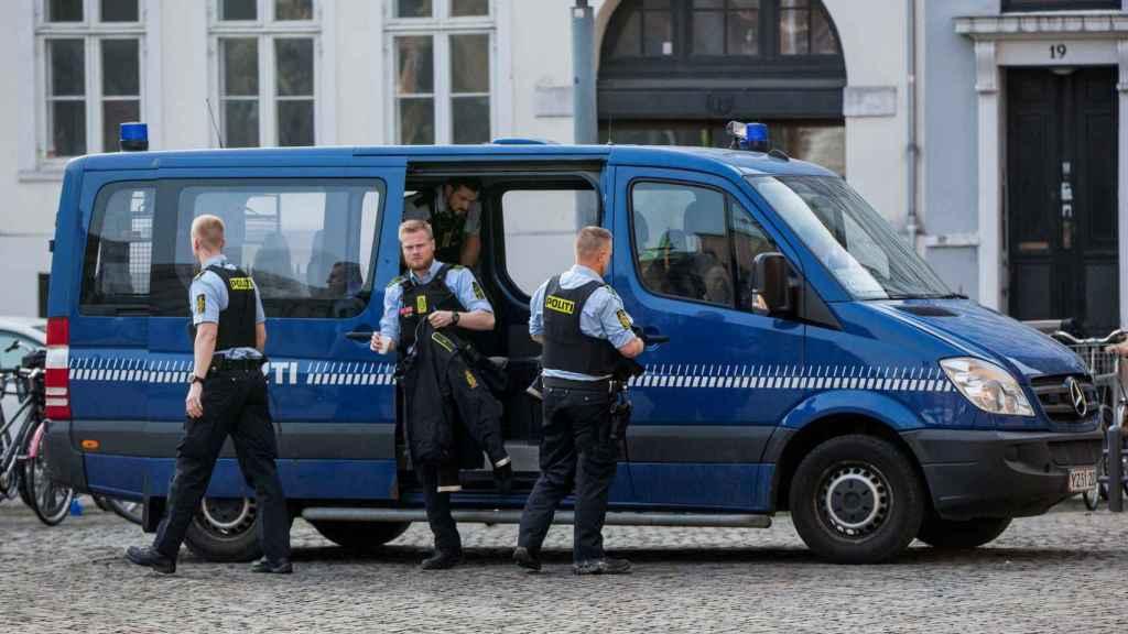Un furgón de policía delante del Tribunal que ha condenado a Madsen.