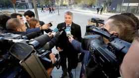 Agustín Martínez atiende a los periodistas a su llegada a la Audiencia de Navarra durante el juicio.