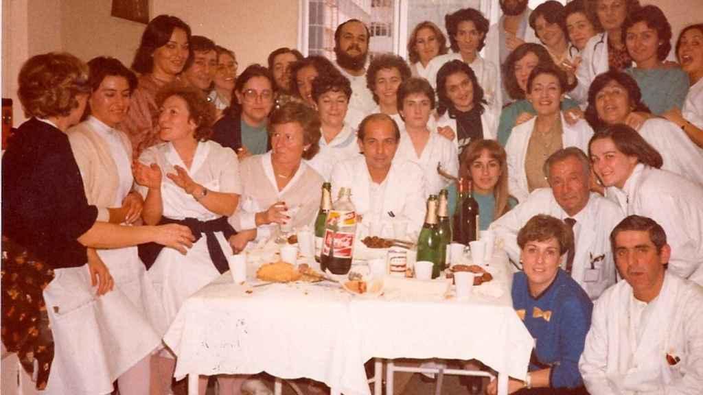 El doctor Prieto y sus compañeros de hospital cuando eran unos jóvenes residentes.
