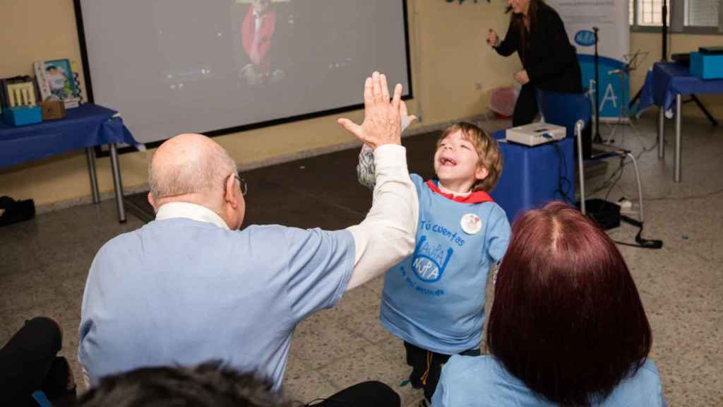 El doctor Prieto choca la mano a uno de los niños.
