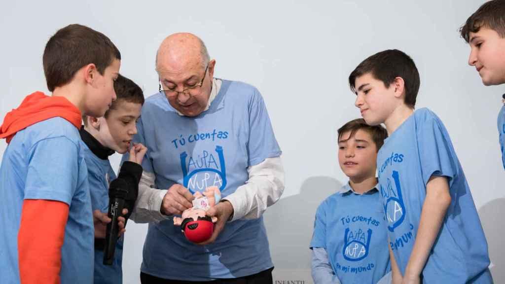 El doctor Prieto junto a algunos de los niños que acudieron a su homenaje.