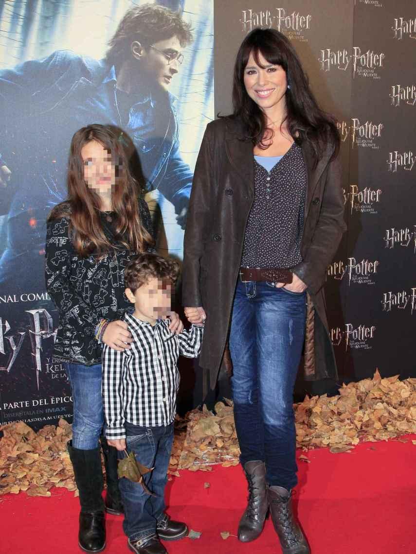 Minerva con sus dos hijos, en 2010.