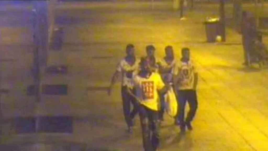 Una imagen de 'la Manada' por las calles de Pamplona durante la madrugada que abusaron de la joven de 18 años.