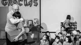 El doctor Prieto se abraza a un niño durante su despedida.