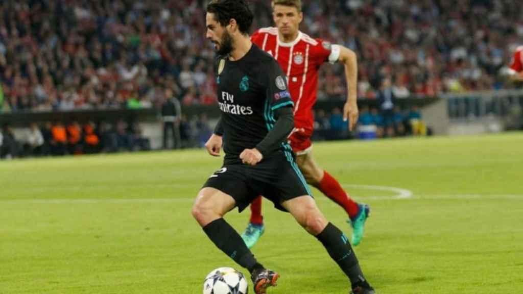 Isco conduce el balón en el Allianz Arena