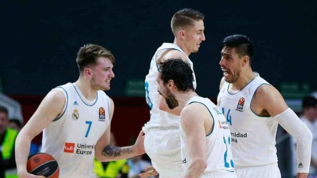 Los jugadores del Madrid celebran una canasta