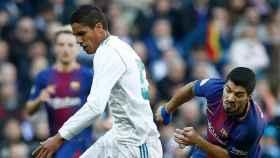 Varane y Luis Suárez, en El Clásico