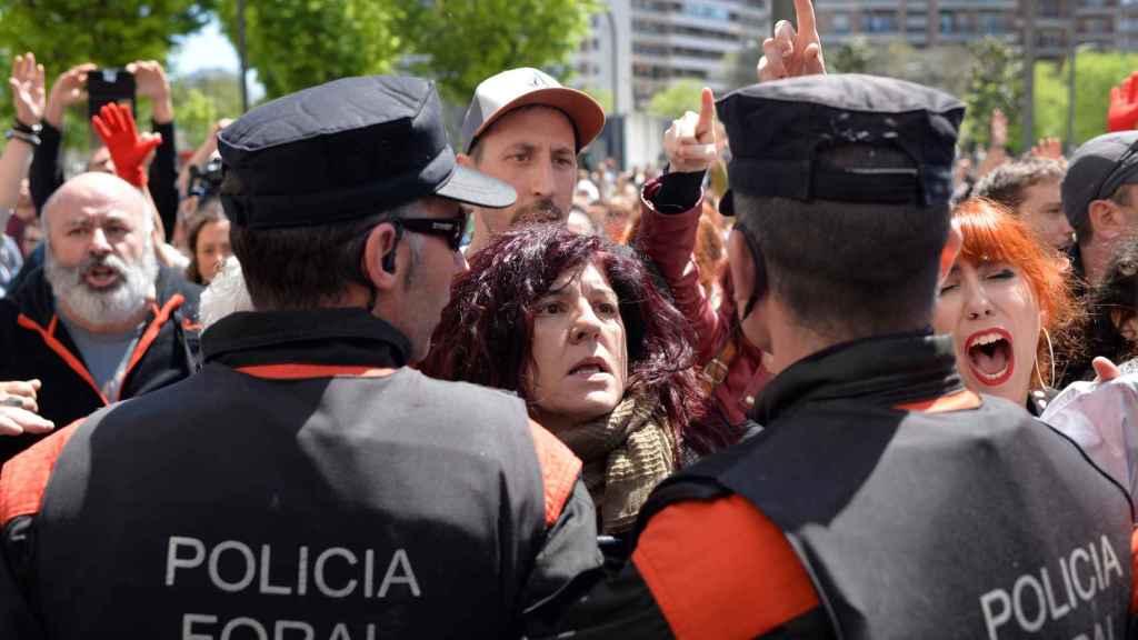 Cordón policial frente a los manifestantes en Pamplona