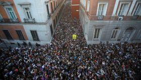 Multitudinaria concentración de personas delante del Ministerio de Justicia en Madrid tras la sentencia de 'La Manada'.