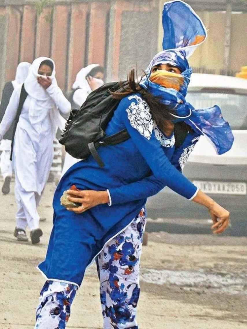 Afshan Ashiq arrojando piedras
