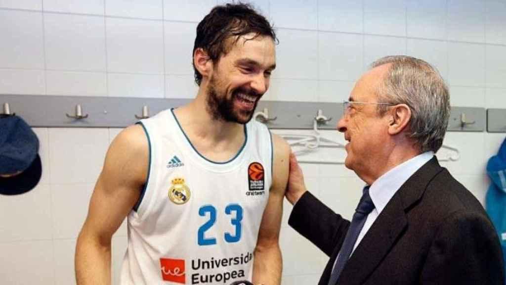 Sergio Llull es felicitado por Florentino Pérez