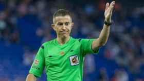 Iglesias Villanueva dirigiendo un partido. Foto: atleticodemadrid.com
