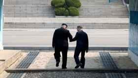 El presidente surcoreano y Kim Jong-un, juntos en la zona desmilitarizada