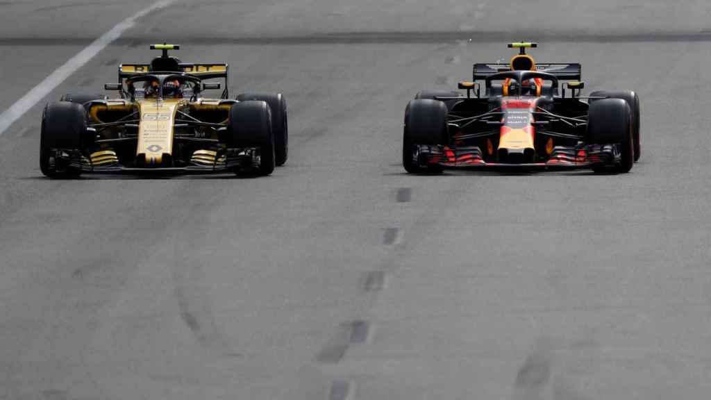 Carlos Sainz, en el momento en el que adelantó a Verstappen en Bakú.