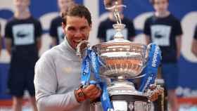 Nadal, con el trofeo de campeón del Conde de Godó.