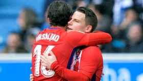 Gameiro se abraza con Vrsaljko en el Alavés - Atlético.