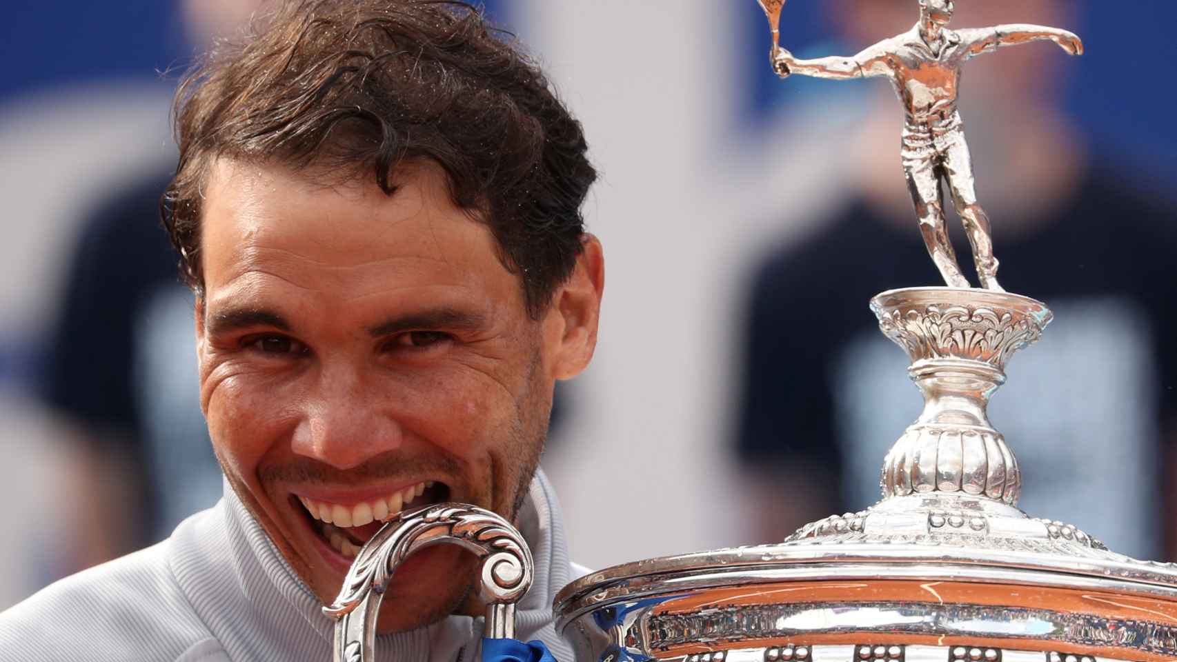 Rafa Nadal mordió por undécima vez el trofeo del Conde de Godó. / Reuters