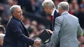 José Mournho felicita, junto a Álex Ferguson, a Arsene Wenger con motivo de su adiós