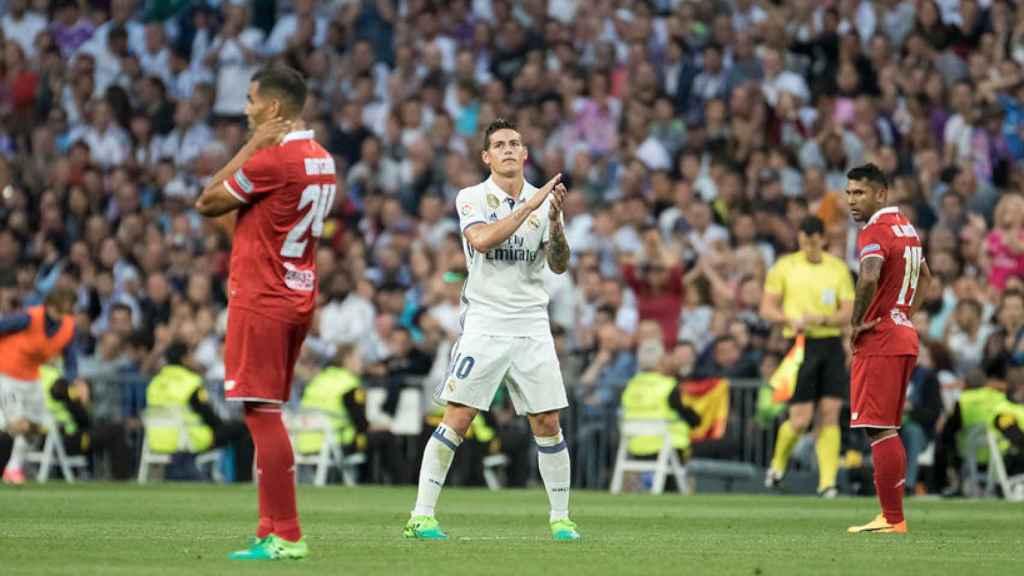 James aplaude a la grada del Bernabéu. Foto: Pedro Rodríguez / El Bernabéu
