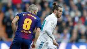 Gareth Bale dribla ante Andrés Iniesta. Foto: Instagram (@realmadrid)