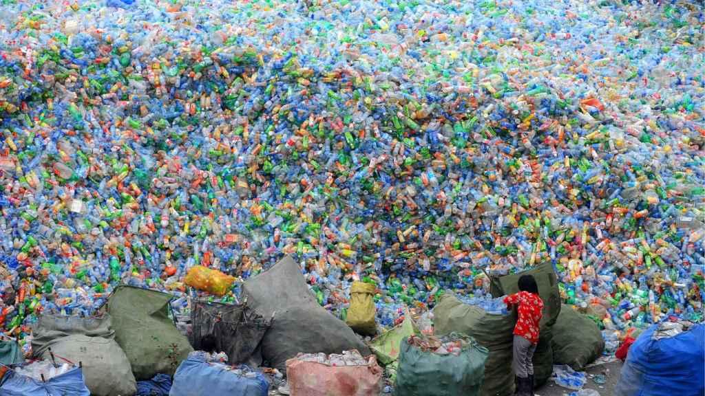 Una planta de reciclaje de botellas de plástico en Henan, China.