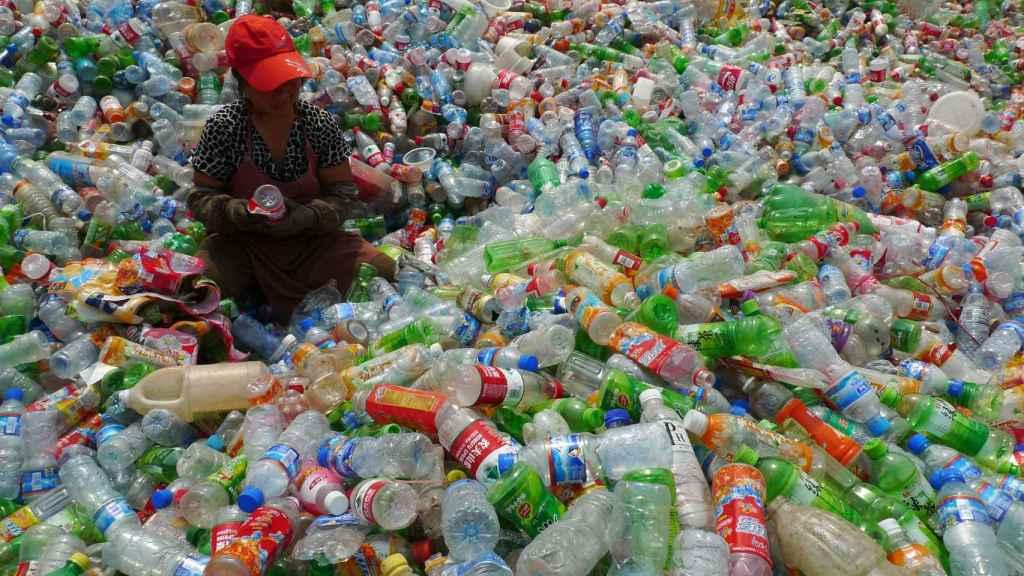 Una trabajadora en una planta de reciclaje de botellas de plástico de Henan, China.