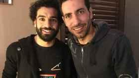 Mohamed Salah, a la izquierda, junto a Aboutrika, a la derecha.