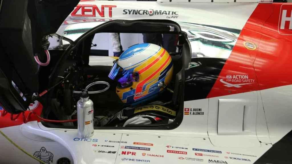 Alonso con el Toyota que conducirá en Spa.