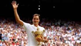 Roger Federer, con el trofeo de campeón de Wimbledon en 2017.
