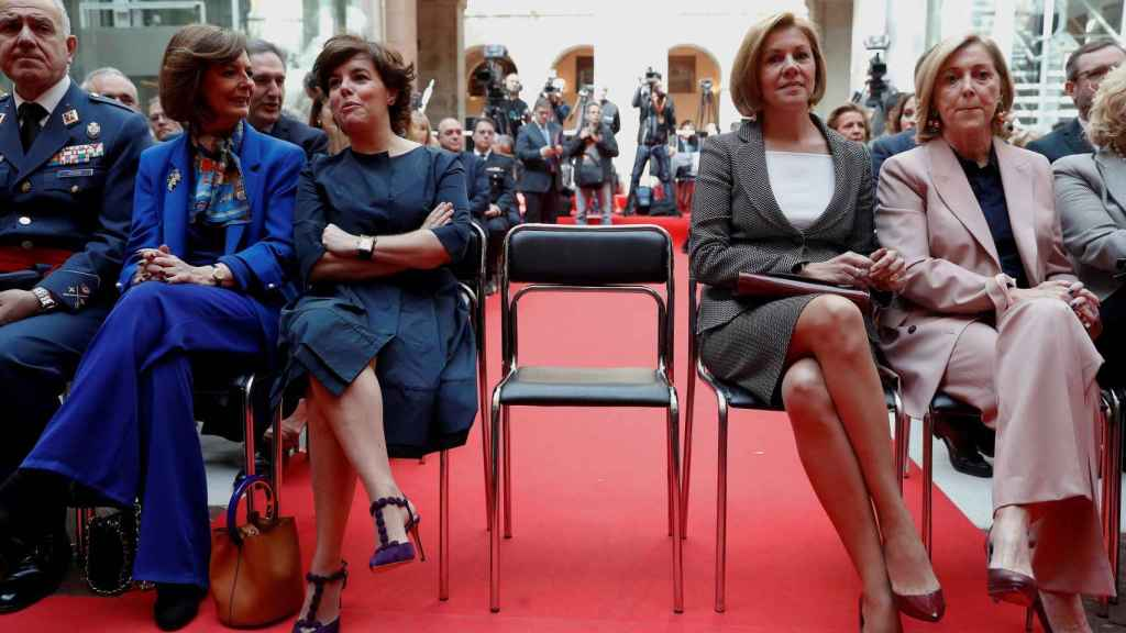 La vicepresidenta, Soraya Sáenz de Santamaría, y María Dolores de Cospedal este miércoles en la Real Casa de Correos.
