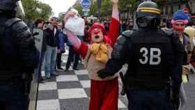 Un manifestante disfrazado de payaso durante la manifestación sindical del Primero de Mayo en París.