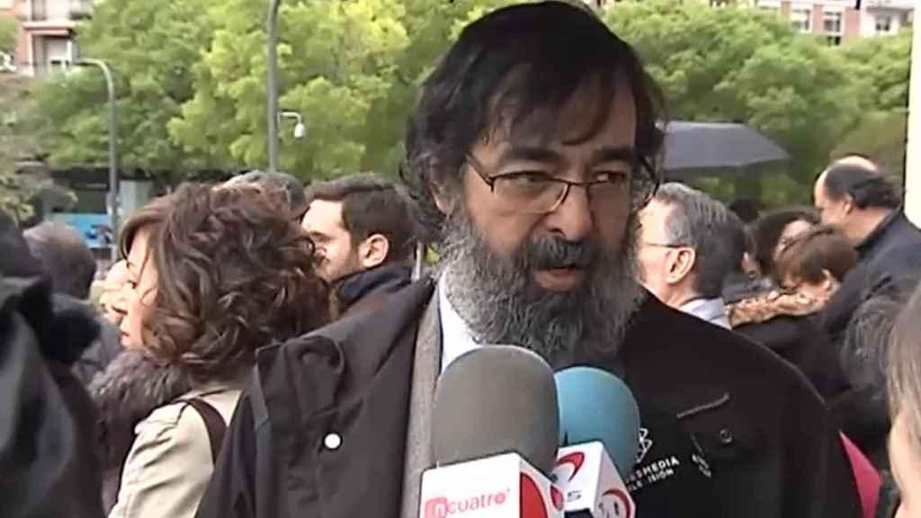 El juez Ricardo González atiende a los medios.
