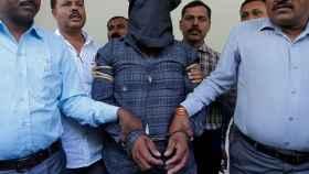 Un acusado de violar y matar a una niña de 11 años, escoltado por la policía en India