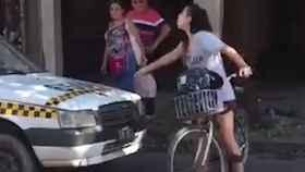 La mujer no se retiró de la calzada hasta que el taxista le pidió perdón.