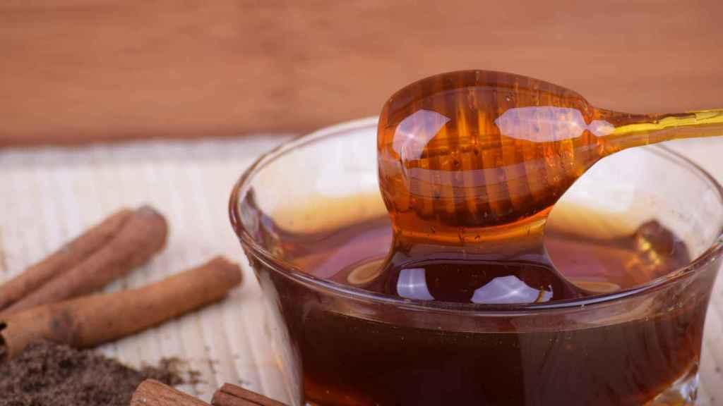 Un bote de miel recién extraída del panal de abejas.