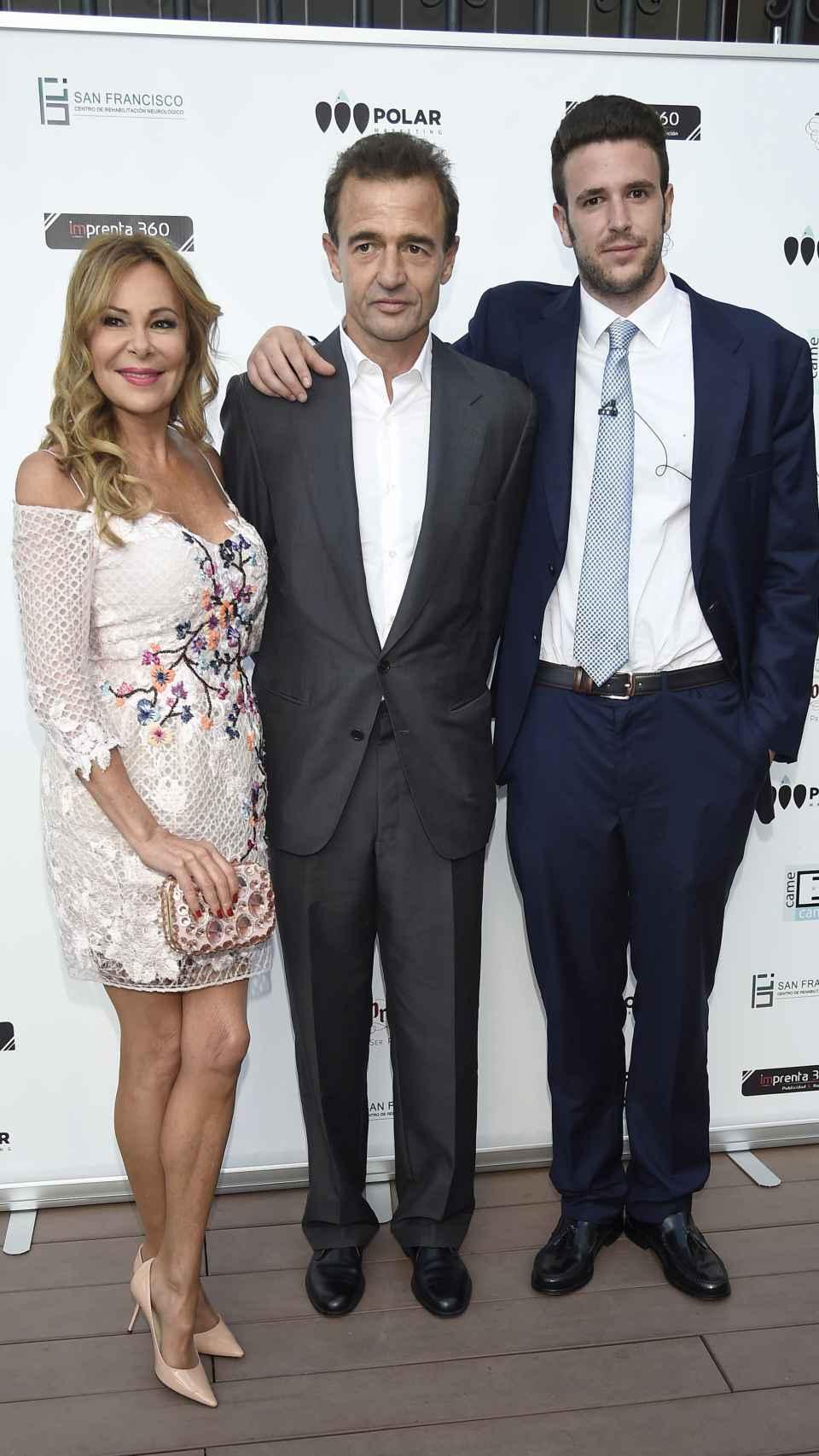 Ana, Alessandro y su hijo.